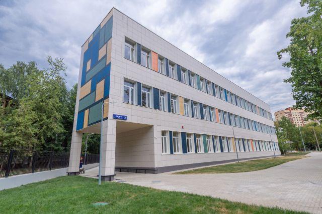 Строящийся корпус начальных классов для школы № 825 на Окской ул в Москве.