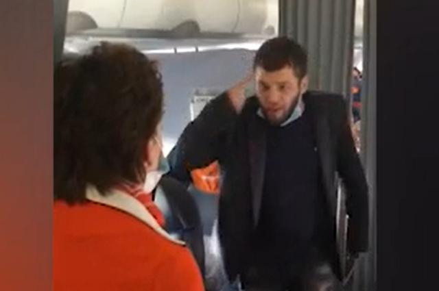 Самолет из Сочи в Уфу экстренно приземлился из-за дебошира на борту