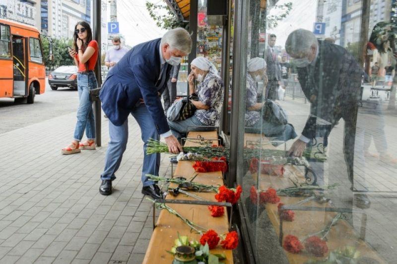 Губернатор Александр Гусев принес цветы к месту взрыва.