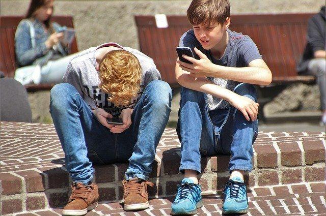 Молодые люди сегодня не расстаются со смартфонами даже во время отдыха оффлайн.