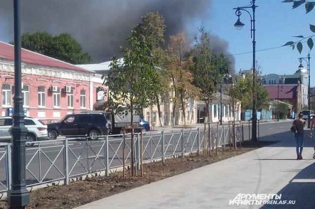 В Оренбурге тушам огонь в центре города - горит частный сектор.