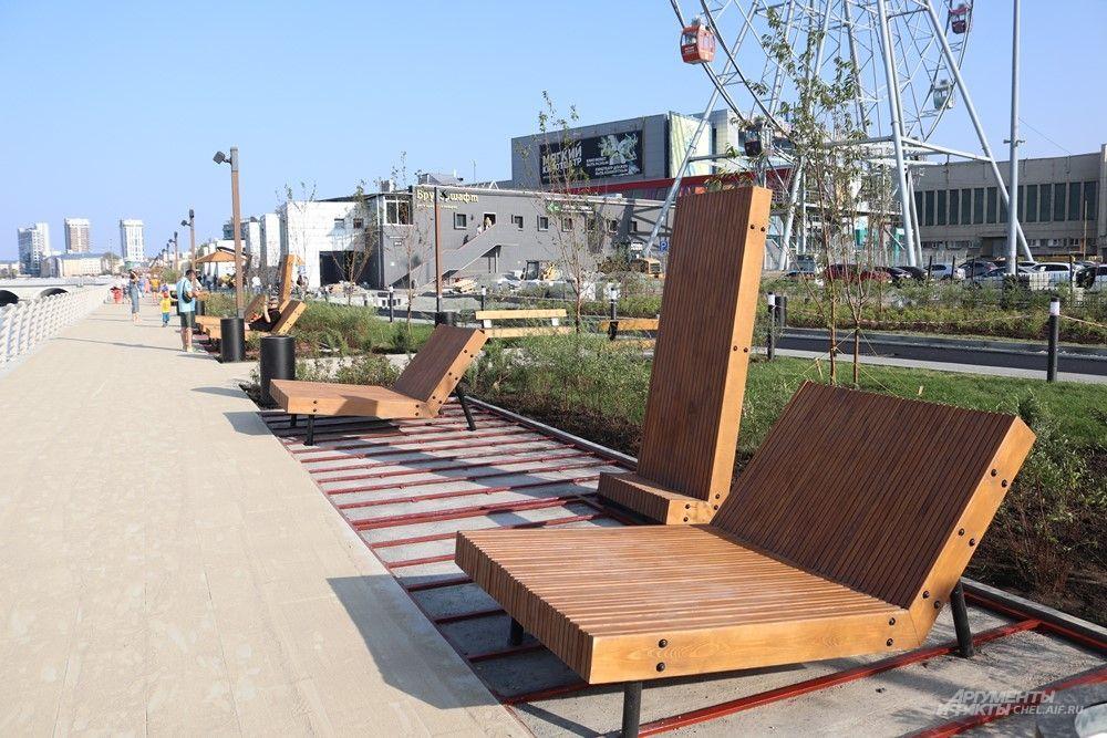 Помимо скамеек, на набережной установили шезлонги и подставки для тех. кто предпочитает загорать стоя. Жаль, что появились они в конце лета.