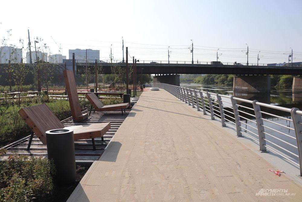 Набережная заканчивается у моста на Свердловском проспекте.