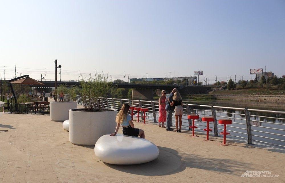 Для тех, кто хочет полюбоваться рекой, вдоль ограждения установили барные стулья.