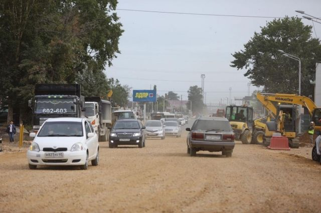 Параллельно дорожники будут ремонтировать тротуары, чтобы к 1 сентября обеспечить проход к учебным заведениям.