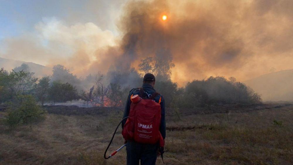 Идущие на борьбу с огнем одевают специальные противопожарные ранцы.