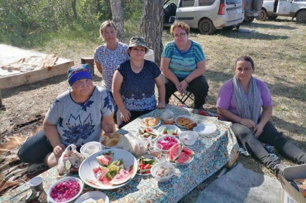 Местные жители организуют питание для огнеборцев.