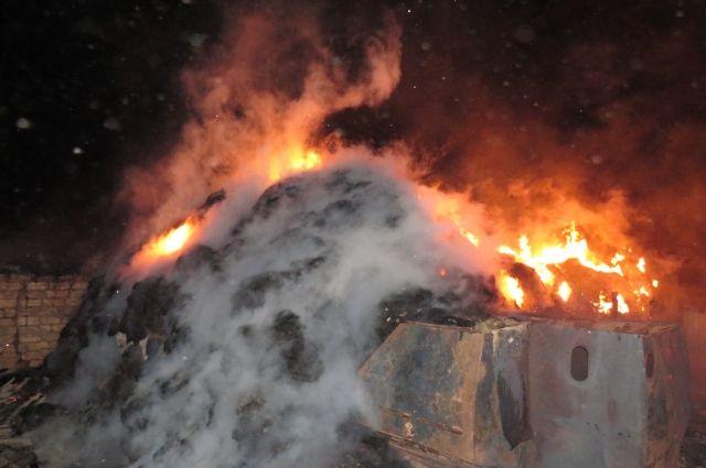В Кувандыке на ночном пожаре сгорели 36 тонн сена с трех дворов.