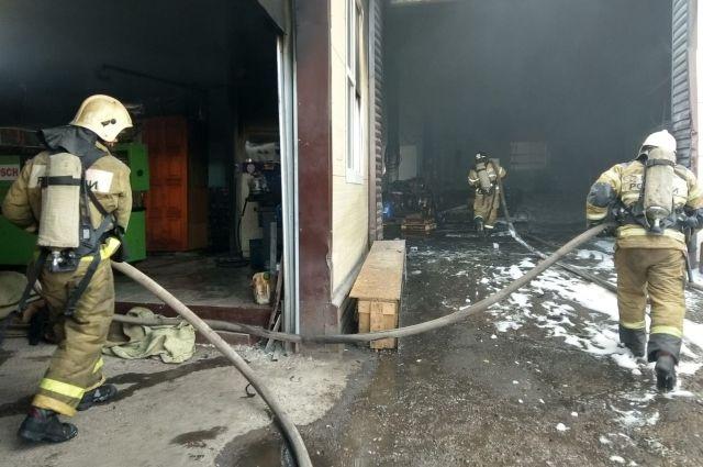 В Оренбурге на территории торгового дома «Беларусь» начался пожар.