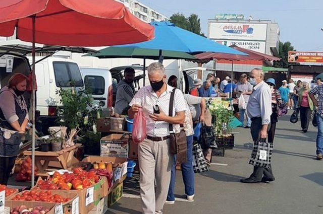 Местные сельхозпроизводители продают свою продукцию по приемлемой цене.