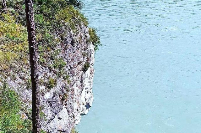 В это месте очень крутой берег горной реки Катунь.
