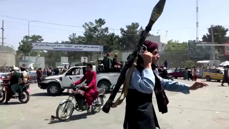 Боевик движения «Талибан» (запрещено в РФ) у въезда в международный аэропорт имени Хамида Карзая в Кабуле
