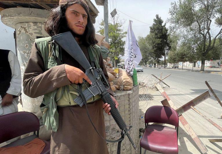Боевик движения «Талибан» (запрещено в РФ) на контрольно-пропускном пункте в Кабуле