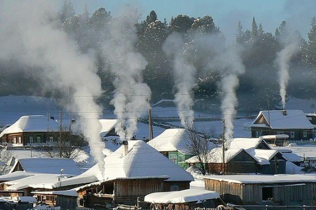 Одним из источников загрязнения воздуха является угольное отопление в частных домах.