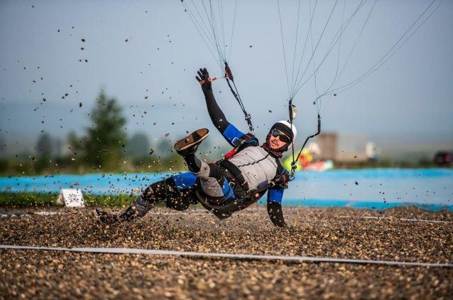 Этим видом спорта могут заниматься только очень опытные парашютисты.