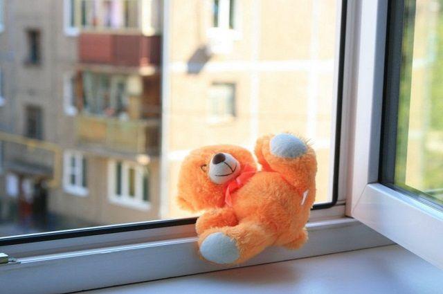 Годовалый ребёнок выпал из окна в Уфе