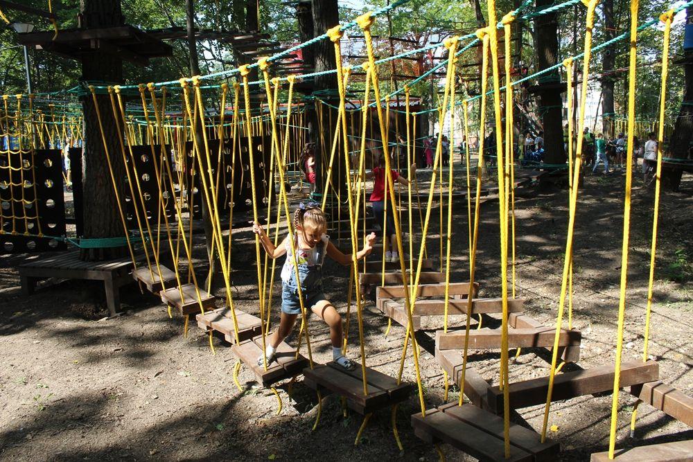 В первый день в парке было много детей.