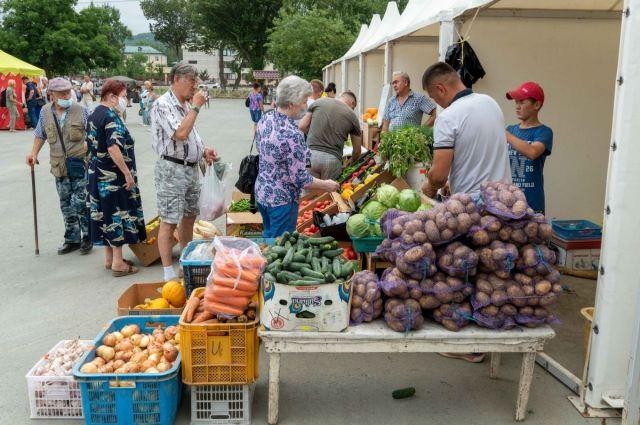 Горожане смогут приобрести и свежую сельскохозяйственную продукцию личных подсобных и крестьянских (фермерских) хозяйств, садоводов-огородников.