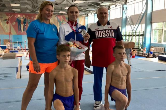 Ребята постигают нюансы спортивной гимнастики под руководством старшего тренера, судья международной категории Игоря Мальцева при участии серебряного призера Олимпийских игр 2020 Анастасии Ильинковой.