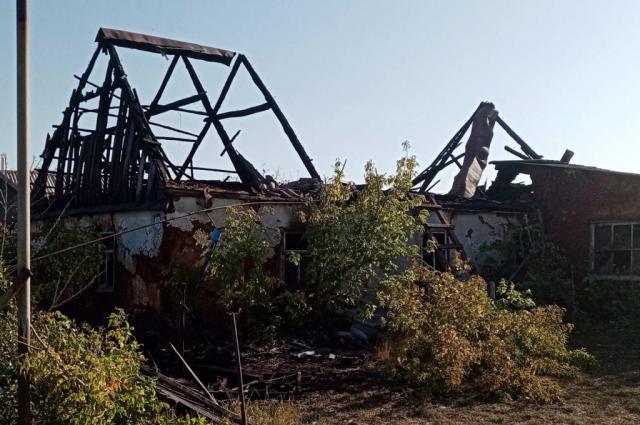В Переволоцком районе пожарные больше четырех часов тушли горящий нежилой дом.