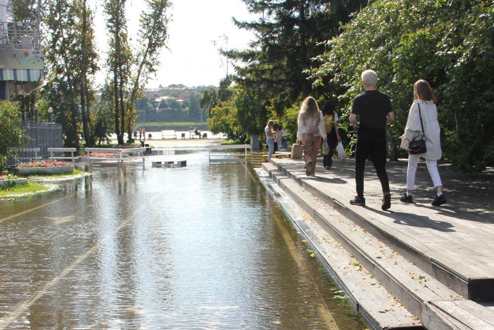 Пешеходные дорожки на Юности полностью ушли под воду.