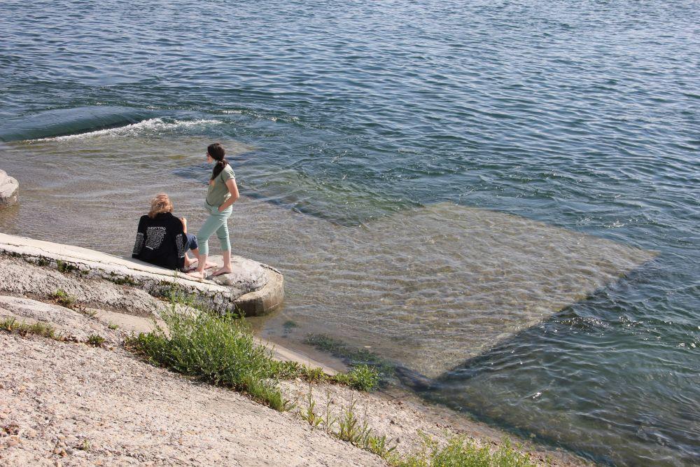 Некоторые спуски к воде затопило полностью.
