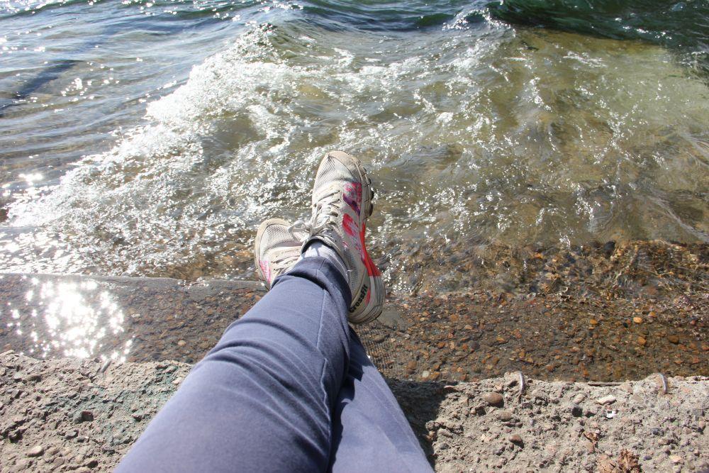 Волны Ангары бурлят буквально под ногами.