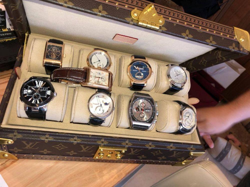 У него была коллекция дорогостоящих часов в престижном футляре от LOUIS VUITTON