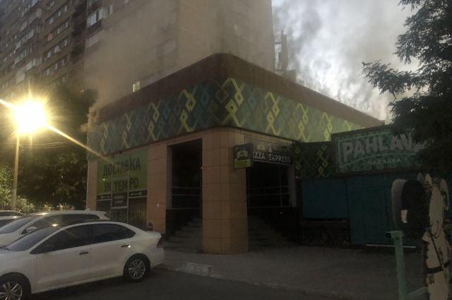 В Оренбурге на улице Чкалова рано утром пожарные тушили крышу ресторана Pahlava.