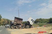 Движение по Шарлыкскому шоссе в Оренбурге заблокировал перевернувшийся «КамАЗ».
