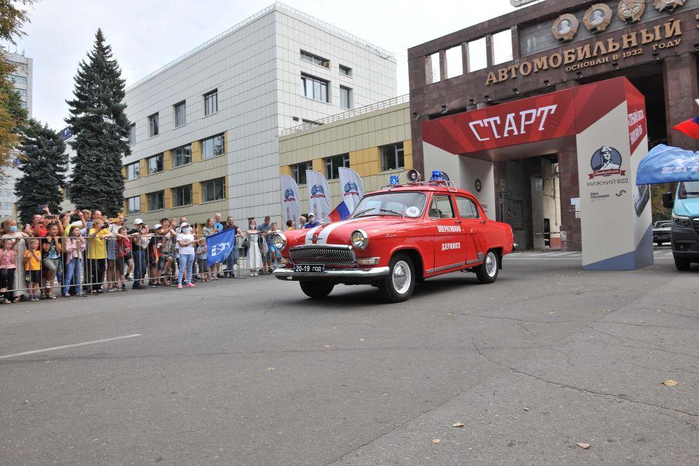 Колонну автомобилей у главной проходной встречали работники ГАЗа.