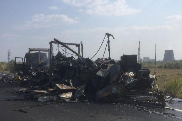 Сгорел дотла: на трассе в Оренбуржье большегруз Mercedes Actros самовоспламенился в пути.