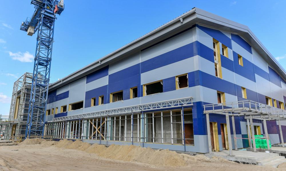 Строящееся здание бассейна школы, Коротчаево, 2021.