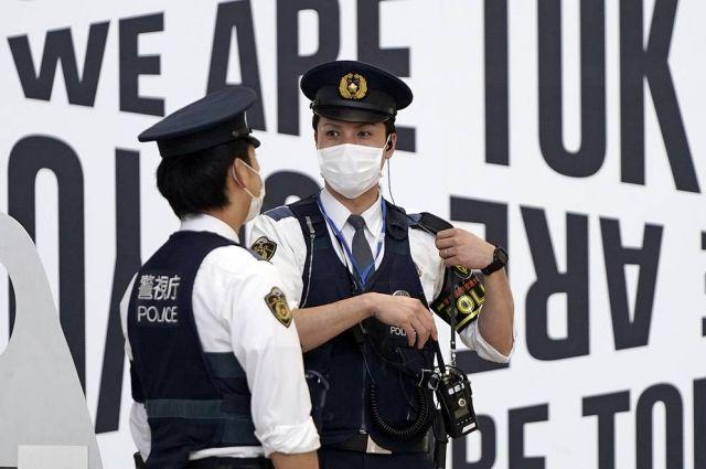 Сотрудники японской полиции позже передали работникам эмиграционного бюро города Саппоро, расположенного на севере страны, неназванного гражданина РФ, который приплыл в Японию якобы для подачи прошения о предоставлении убежища.