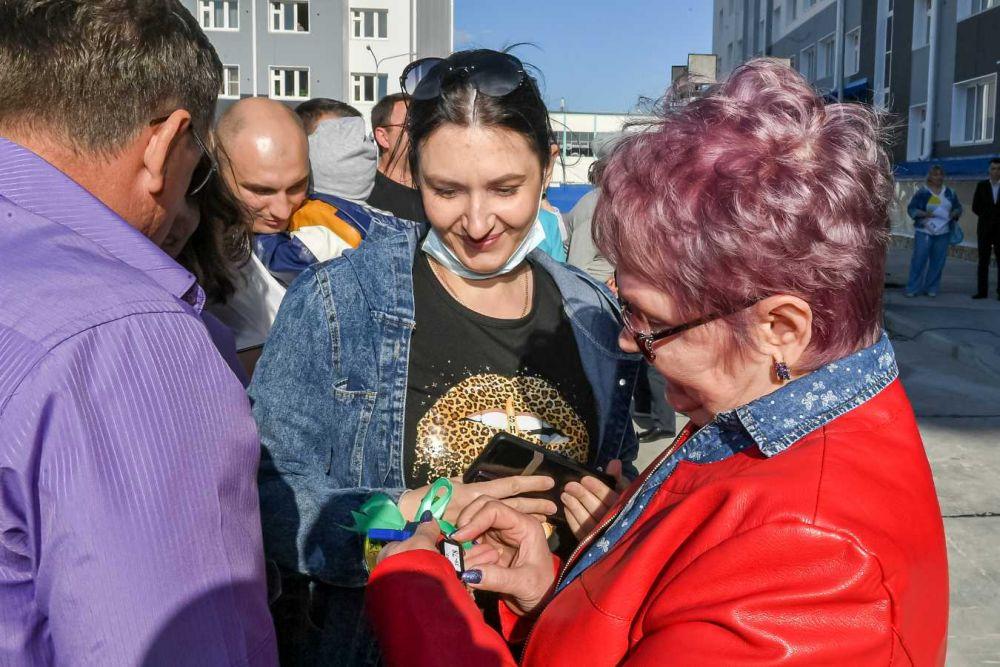 Ключи новоселам в девятом микрорайоне губернатор вручил в ходе поездки, Губкинский, 2021.