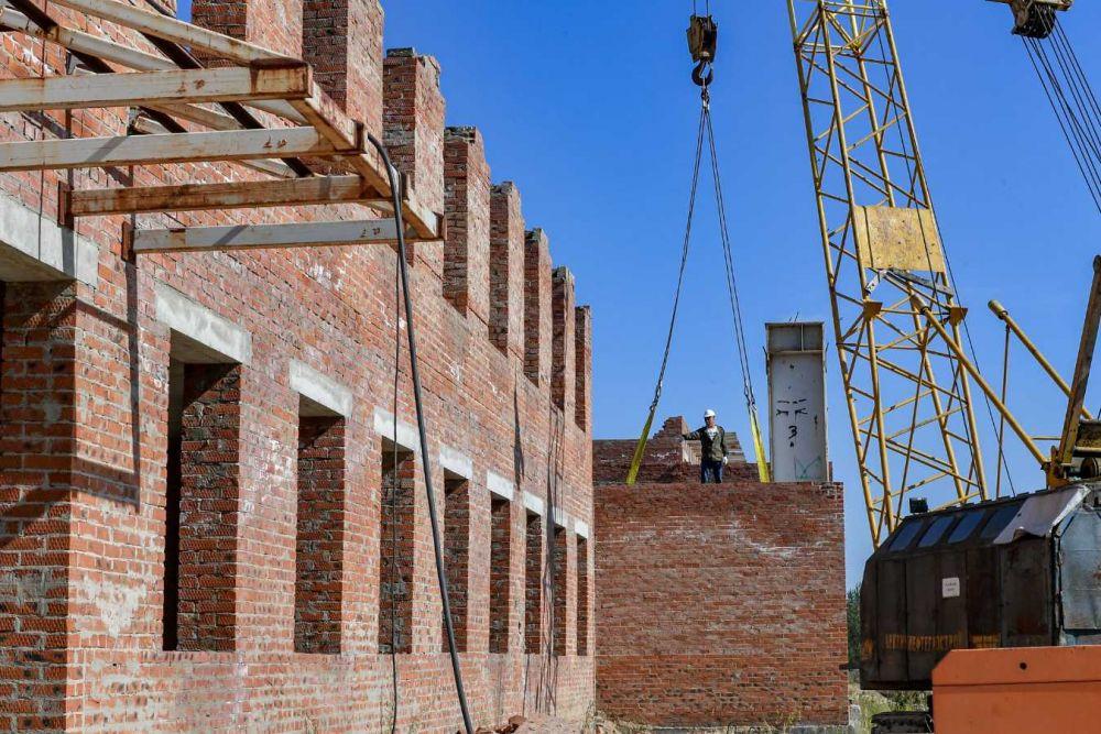 Рабочие уже приступили у демонтажу конструкции.
