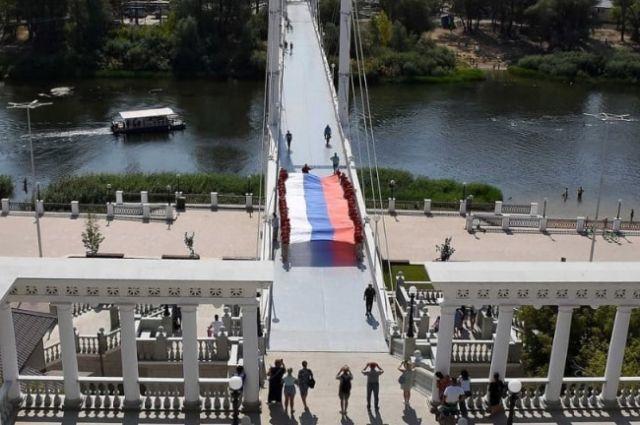 В Оренбурге, в честь Дня флага на Набережной прошли патриотические акции.