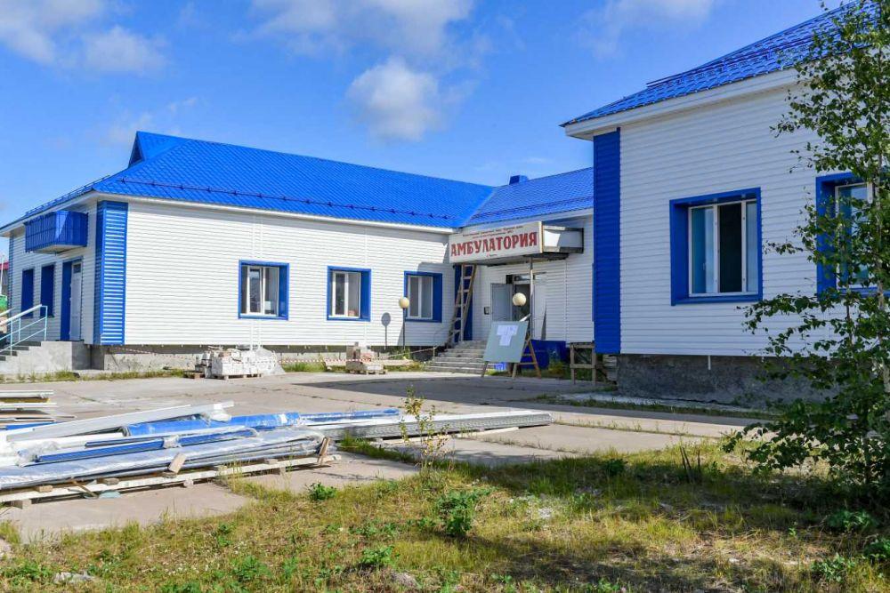 В Пуровске глава региона оценил ход работ в местной амбулатории.