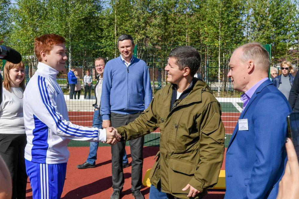 Глава региона осмотрел многофункциональную спортивную площадку около первой школы.