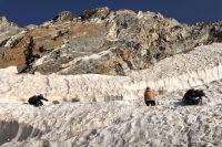 Раненого альпиниста эвакуируют на веревках через щель в леднике Чунгур-Джар.