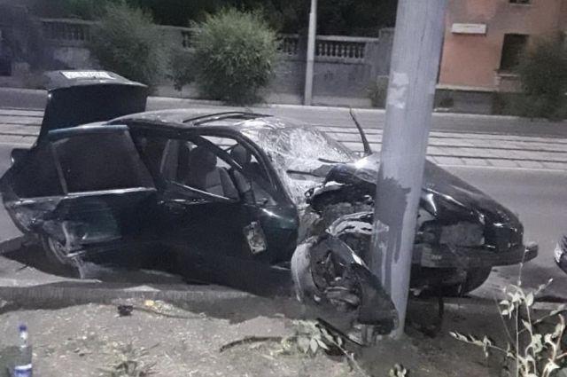 В Новотроицке при столкновении с опорой ЛЭП пострадали водитель и пассажиры BMW.