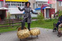 Как вам лапти по размеру? Подойдут? Марина Белавина на аллее Кудым-Оша в Кудымкаре.