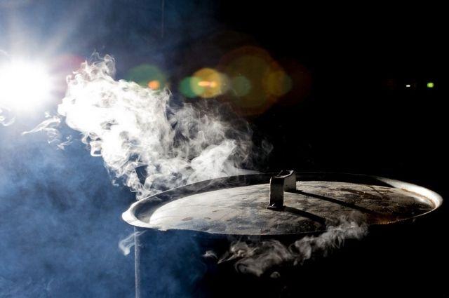 Жители греют воду в кастрюлях и чайниках.
