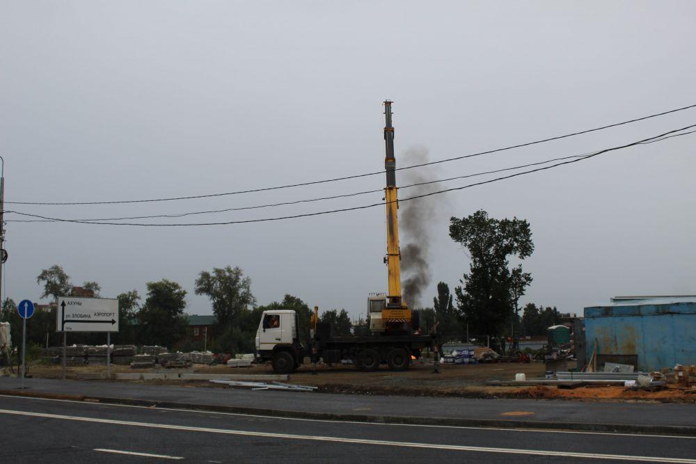 Рабочие уже завершают строительство.