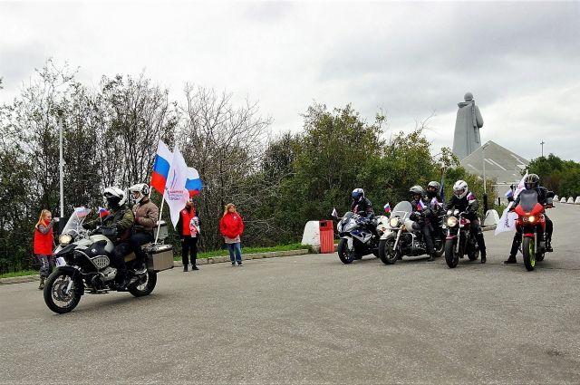 Северные байкеры провезли Государственный флаг РФ из Мурманска в Колу.
