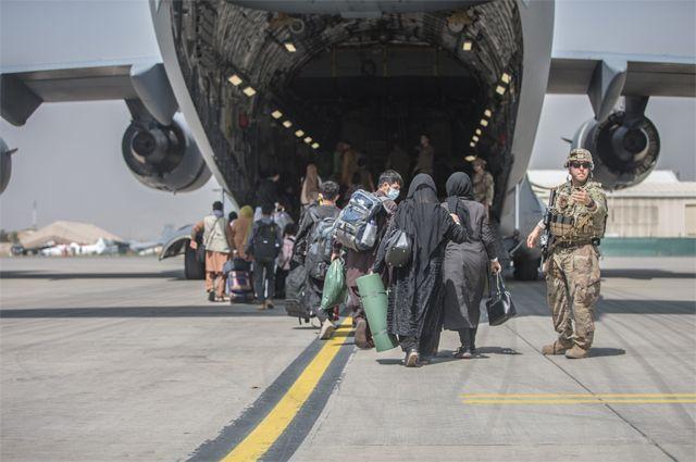 Эвакуация гражданских лиц из аэропорта Кабула.