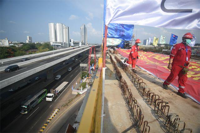В Китае дороги строят быстро. Проект «Один пояс – один путь» должен связать 140 стран и по суше, и по морю. В некоторых из них боятся, что он свяжет «по рукам и ногам».