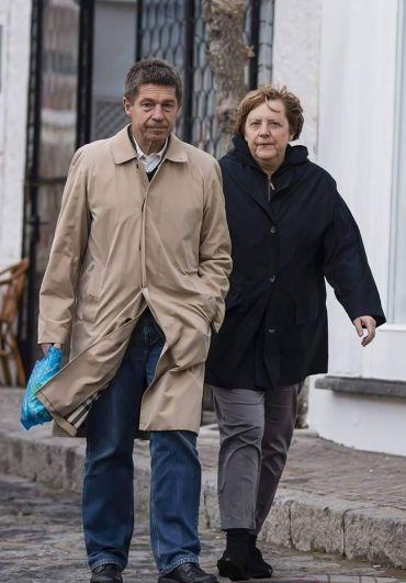 Меркель с мужем идут в магазин