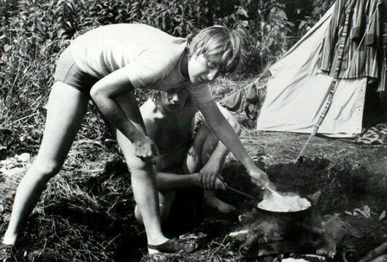 Меркель готовит еду на костре в походе с друзьями, ГДР, июль 1973 года