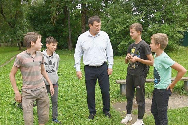 Юные краснинцы не упустили возможности пообщаться с парламентарием.